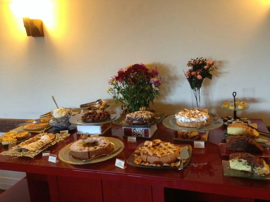 Boutique Hotel Varanda das Bromelias: One of the tables for breakfast