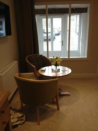 Emlyn Hotel: Bedroom table area