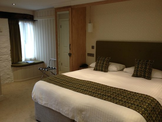 Gwesty'r Emlyn Hotel : Bed and other side of the room