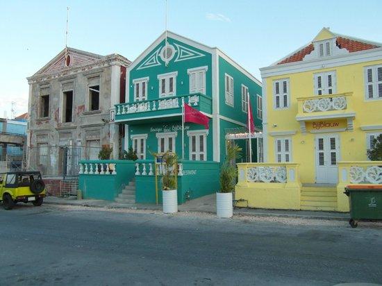 PM78 Urban Oasis Curacao: The neighbors