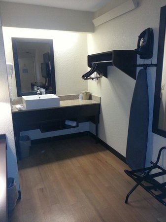 Red Roof Plus+ Atlanta - Buckhead: Modern sink and good ironing board and iron room 336