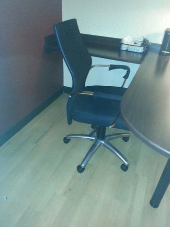 Red Roof Plus+ Atlanta - Buckhead: Great office area with Herman Miller style chair room 336