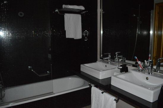 Meliá María Pita: Baño cómodo y limpio