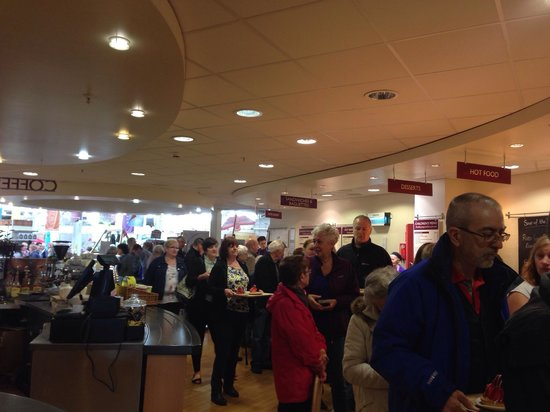 Dobbies Garden Centre, Stirling: Queue for coffee and tea - only one person serving!!
