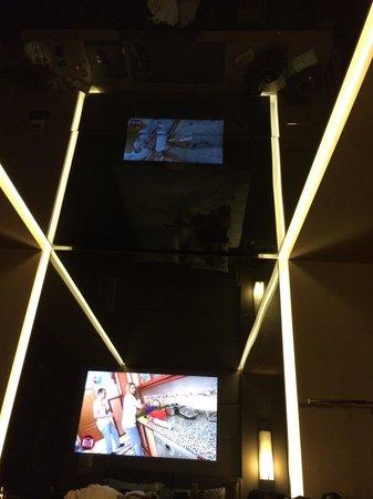 Key Hotel : Oda tavanı yansımalı cam..