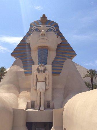 Luxor Las Vegas : Walking to the resort