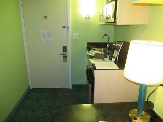 Coconut Waikiki Hotel: kitchen area