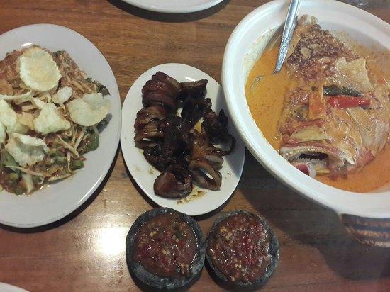 Pondok Laguna: Karedok, grilled squid, sea bass head curry, and chili. Great food, great taste.