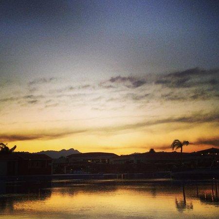 Maritim Jolie Ville Royal Peninsula Hotel & Resort: Sunset at pool