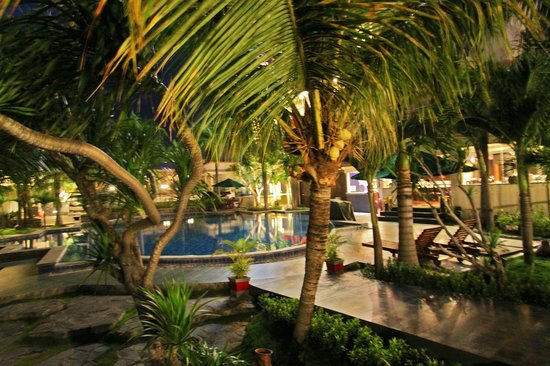 Swiss-Belhotel Silae Palu: Piscina y alrededores del hotel