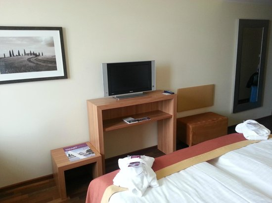 AMERON Hotel Regent: TV Schrank