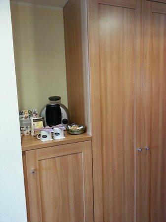Ameron Hotel Regent: Diele mit Kaffeeautomat