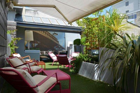 Hotel 7 Eiffel : Rooftop patio.