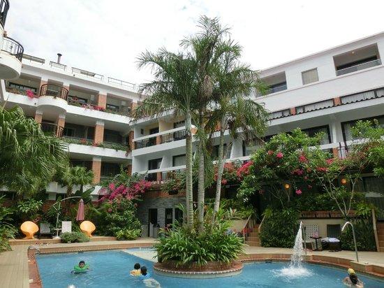 Smokey Joes Hotel : 花园和游泳池