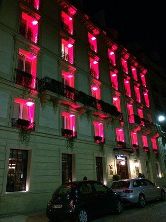 Le Belmont Hotel : Gece,otelin dış görüntüsü..