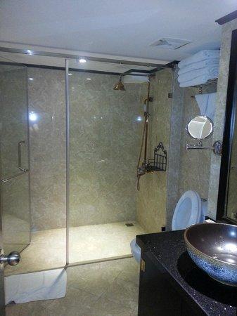 Oriental Central Hotel: Bathroom