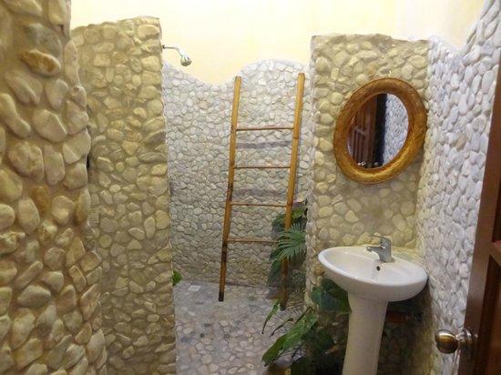 U-Story Guesthouse : bali style bathroom