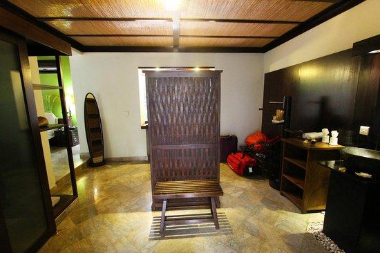 KajaNe Mua Private Villa & Mansion: Zona de vestidor en las villas