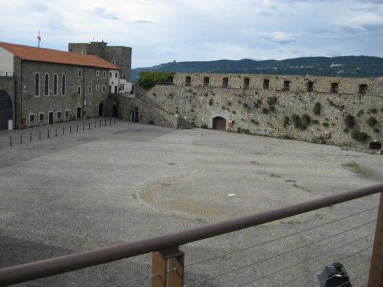 Castello di San Giusto: Двор крепости