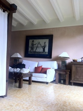 Hotel Tugu Bali : Dark, dingy room