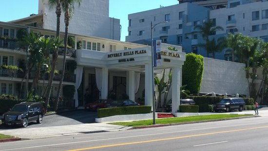 Beverly Hills Plaza Hotel: Across the street