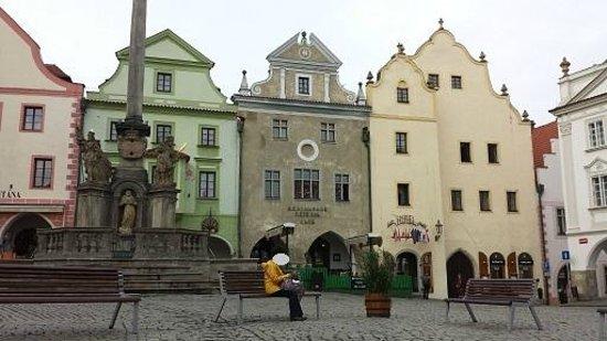 Hotel Zlaty Andel : ホテルの前の広場