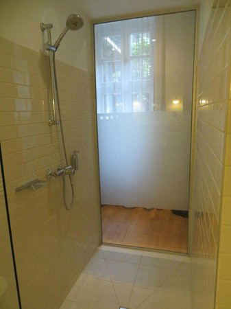 Casati Budapest Hotel : shower - it's all glass (some frosted for privacy from your roomate)
