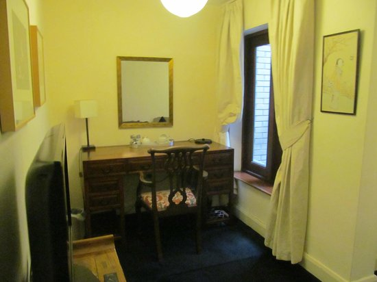 The Racquet Club Hotel & Ziba Restaurant: Desk with Coffee making facility