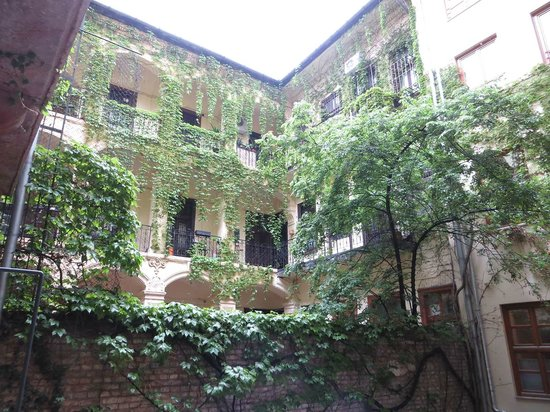 Casati Budapest Hotel : Inner courtyard - view from the walkway