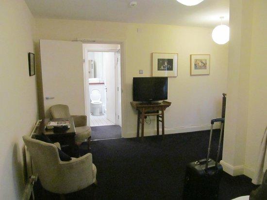 The Racquet Club Hotel & Ziba Restaurant: Room looking into the bathroom