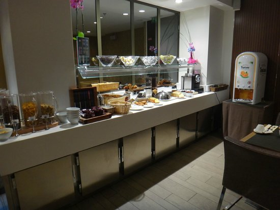 Holiday Inn Paris - Notre Dame: Café da manhã - detalhe do buffet (pães, cereais etc)