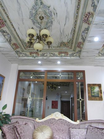 Basileus Hotel: Ceiling of the hotel lobby