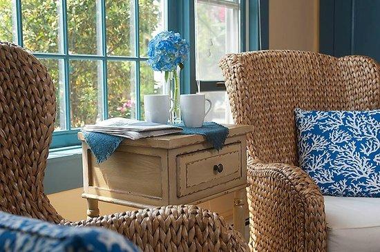 East Orleans, MA: Deluxe queen bedroom seating