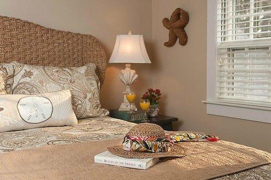 East Sandwich, MA : Deluxe queen bedroom