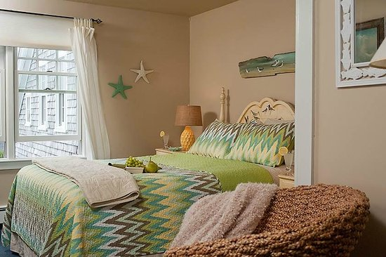 East Sandwich, MA : Queen bedroom on 2nd floor of 1971 addition