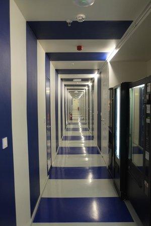 Boutique Hostel Forum: Blue and white corridor