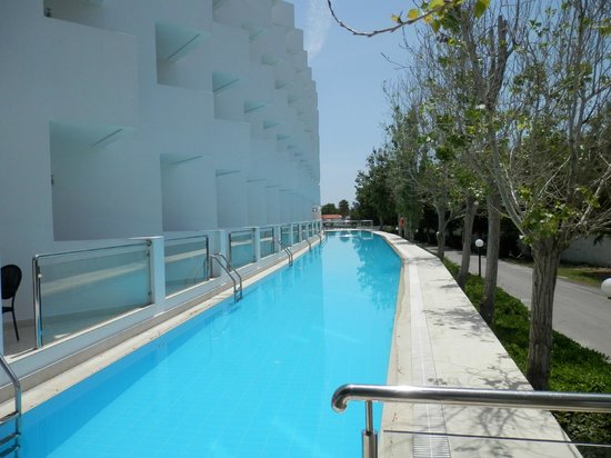 Mitsis Faliraki Beach Hotel : Rooms 49-91 have access to this pool from their balcony