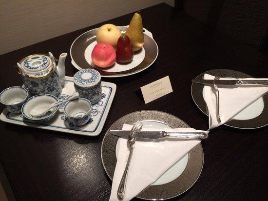 The Peninsula Hong Kong : Chinese Tea set and welcome fruit.