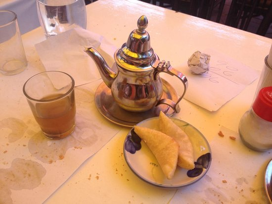 Toubkal Snack: Thé et corne de gazelle du menu tajine à 45 Dh