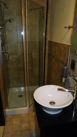 San Fermin B&B: Badezimmer ebenfalls sehr sauber und mit allem was gebraucht wird