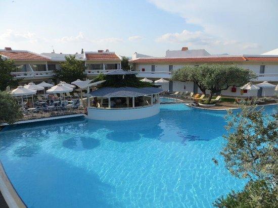 Lydia Maris Resort & Spa: Pool mit Bar in der Mitte