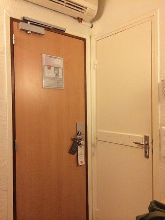 Ibis Paris Sacré Coeur 18eme: Geniale... Mica tanto. Porta d'ingresso in camera e porta del bagno
