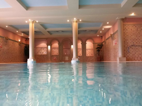 Grosvenor Pulford Hotel & Spa: The wonderful  Romanesque pool area