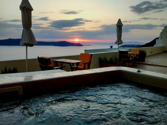 Adamis Majesty Suites: Pôr do sol da Jacuzzi