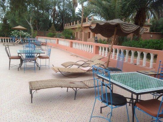 Les Jardins de Ouarzazate: Sunbeds round pool