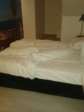 Hello Lisbon Santos Apartments: cama sin hacer a la entrada del primer dia