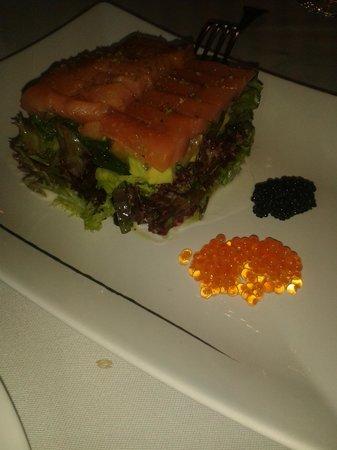 El Valles: Salmón marinado sobre tartar de aguacate y tomate con algas