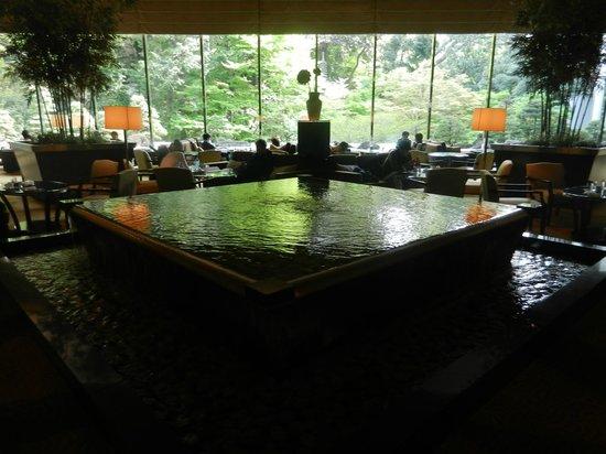 Sheraton Miyako Hotel Tokyo: Massive decoration pool inside the hotel lounge