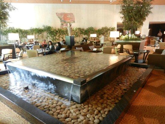Sheraton Miyako Hotel Tokyo: Indoor reflection pool in the hotel lounge
