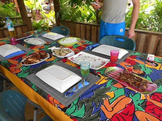 Vahine Island - Private Island Resort: repas polynesien